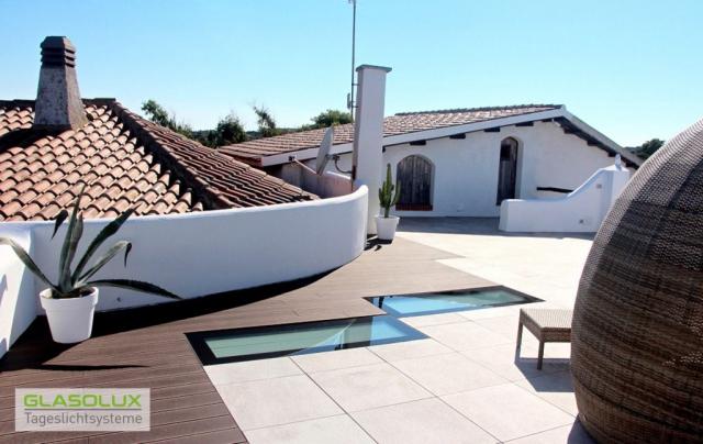 Zwei begehbare WALK-ON Bodenfenster auf einer sardischen Dachterrasse