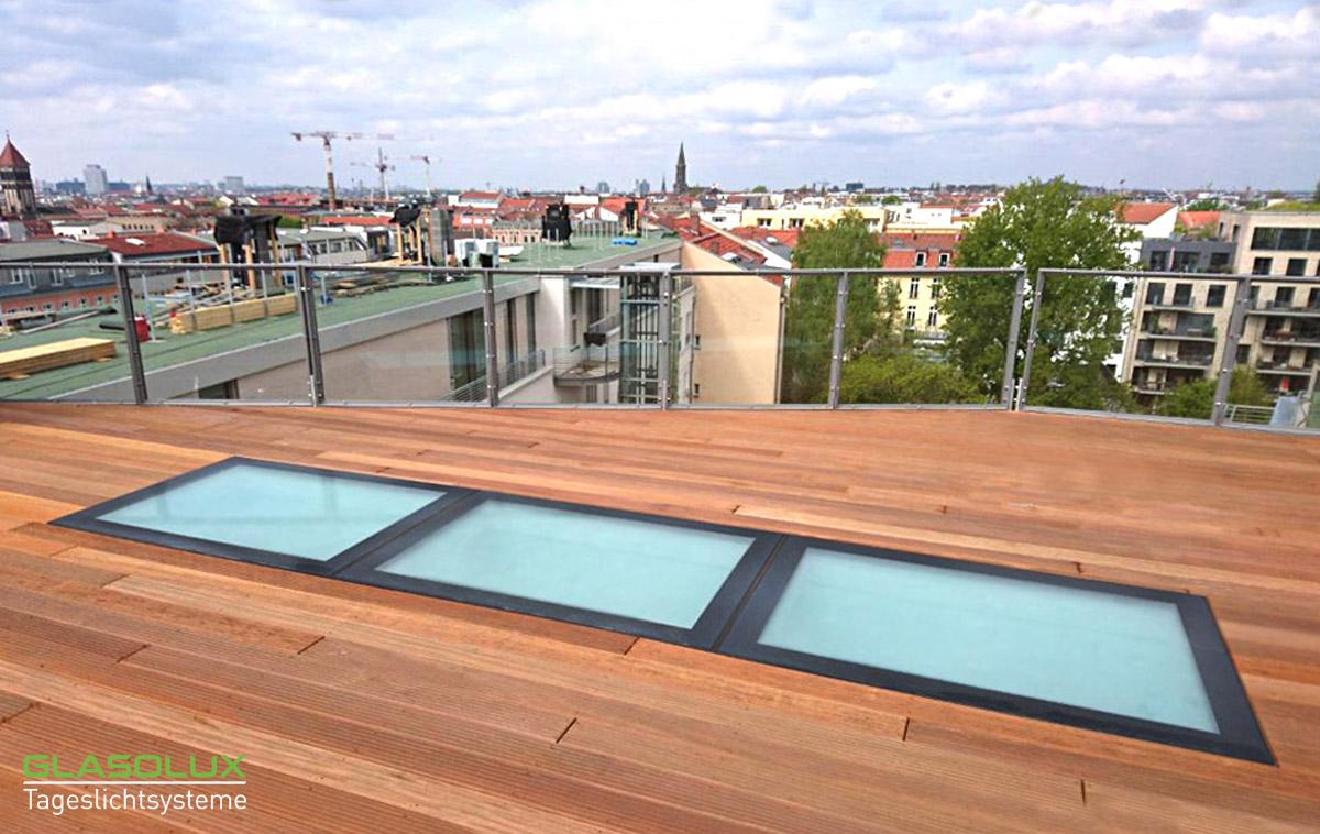 Drei unterschiedlich lange, begehbare Oberlichter auf einer Dachterrasse