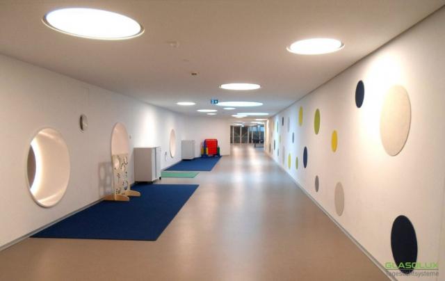 Runde, begehbare Oberlichter kombiniert mit runden Designelementen