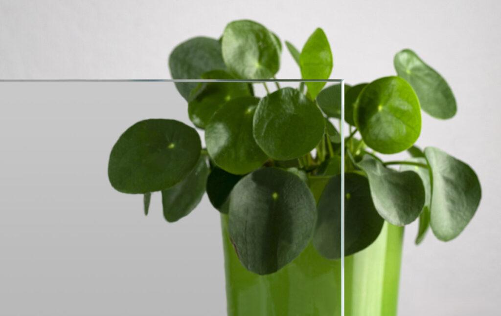 Klares Glas mit Titanoxid-Beschichtung