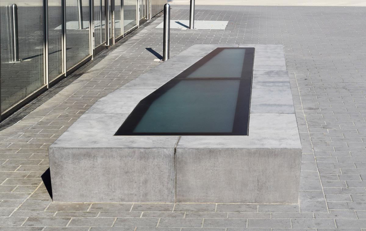 WALK-ON Free - begehbares Glas auf Sitzbank einer Schule